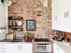 Ściana w kuchni wyłożona ciętą cegłą