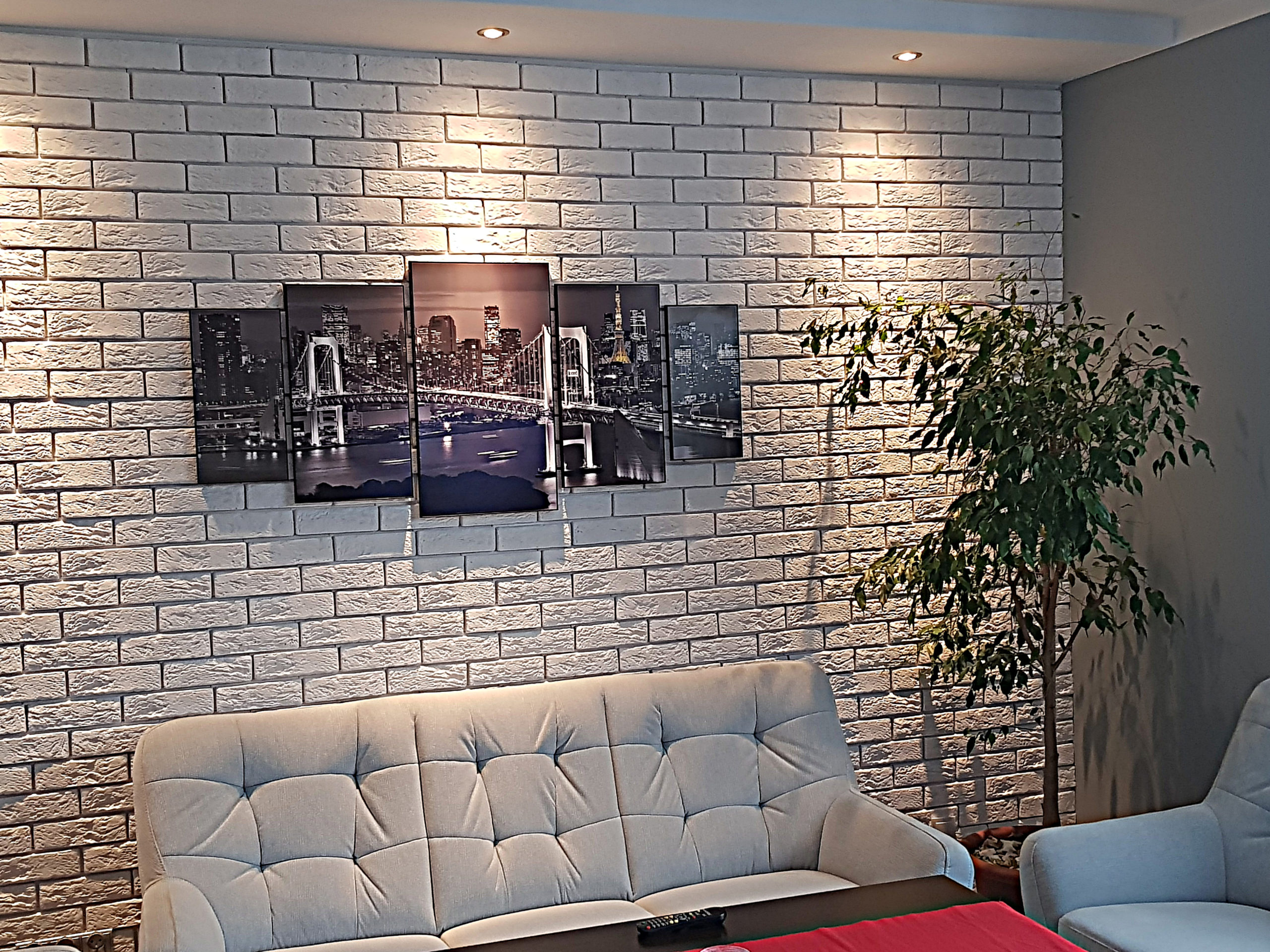 biała ściana z cegły z obrazami