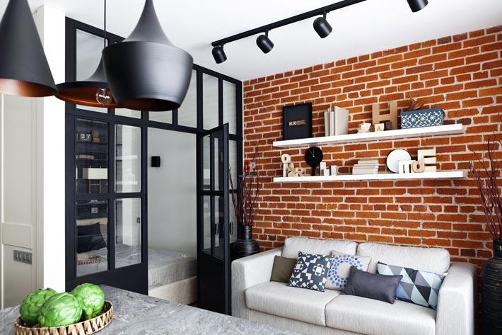 salon ze ścianą z cegły
