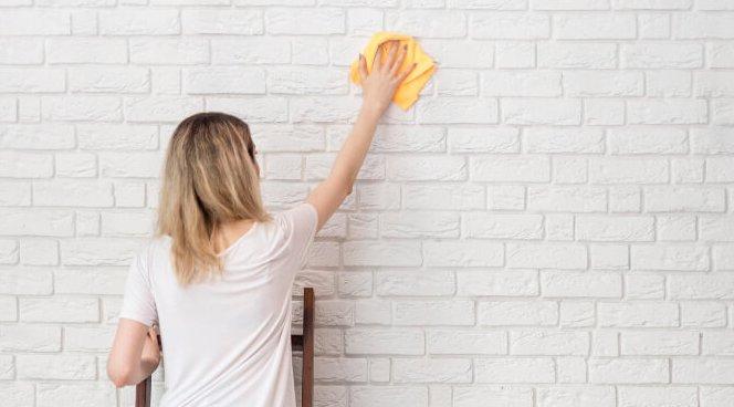 czyszczenie ściany z białej cegły
